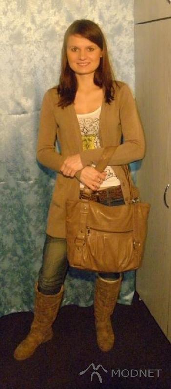 Jeansy Bershka, http://www.allegro.pl; Sweter Zara, http://www.allegro.pl; Top Bershka, http://www.allegro.pl; Kozaki Atmosphere, http://www.allegro.pl