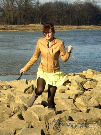 Okulary H&M, http://www.allegro.pl; Sukienka Papaya, http://www.allegro.pl; Rajstopy Gatta, http://www.allegro.pl