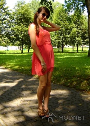 Sandały Zara, http://www.allegro.pl; Sukienka Atmosphere, http://www.allegro.pl; Bransoleta Atmosphere, http://www.allegro.pl