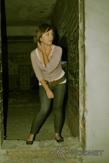 Sweter Zara, http://www.szafa.pl; Legginsy Butik, http://www.szafa.pl