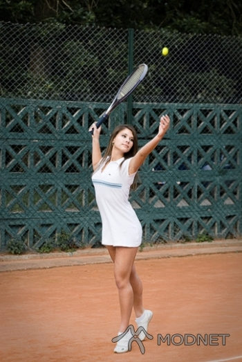 Sukienka Lacoste, http://www.allegro.pl; Buty Lacoste, http://www.allegro.pl