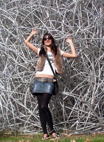 Spódnica Bershka, http://www.allegro.pl; Kamizelka 5.10.15, Giełda Lubin; Bluzka Calvin Klein, Giełda Lubin; Pasek Dolce&Gabbana, Giełda Lubin