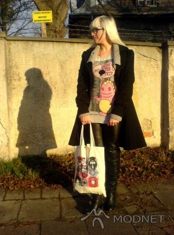 Torebka, Galeria Bałtycka Gdańsk; T-shirt Pull&Bear, Galeria Bałtycka Gdańsk; Naszyjnik New Yorker, Galeria Bałtycka Gdańsk; Kozaki Deichmann, Galeria Bałtycka Gdańsk