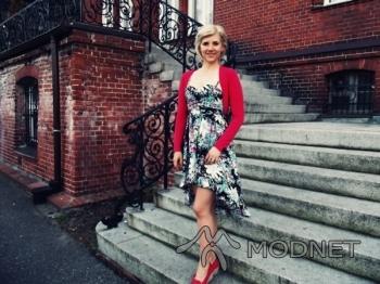 Mokasyny Deichmann, Złote Tarasy Warszawa; Sukienka Tally Weijl, Złote Tarasy Warszawa; Bolerko 100% Fashion, Fashion Kruszwica