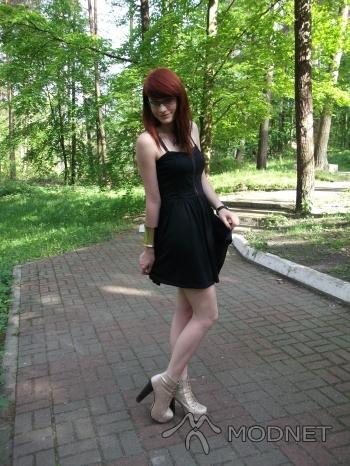 Bransoleta Zielony Kot, http://www.zielonykot.pl/; Sukienka Tally Weijl, http://www.allegro.pl; Botki stylowe buty, http://www.stylowebutki.pl