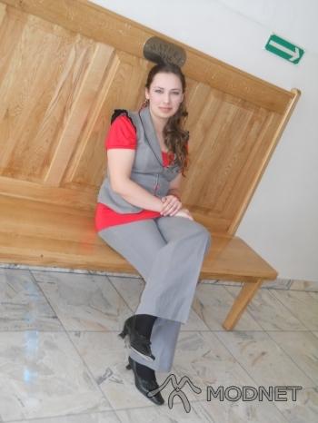 Czółenka Gino Rossi, http://www.allegro.pl; Kolczyki hand made, http://www.szafa.pl; Spodnie Zara, http://www.allegro.pl; Kamizelka Zara, http://www.allegro.pl; Bluzka New Look, http://www.allegro.pl; Rajstopy Gatta, http://www.szafa.pl