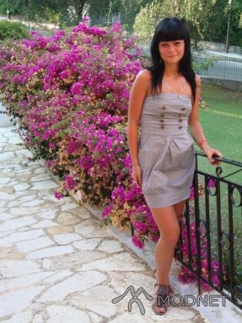 Sukienka, http://www.szafa.pl; Sandały, http://www.szafa.pl