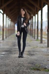 Spodnie LUMIDE, http://www.lumide.pl; Botki Stylowe Obuwie, http://www.styloweobuwie.eu; Bluzka Sheinside, http://www.sheinside.com; Marynarka Choies, http://www.choies.com; Torebka NO NAME, http://www.allegro.pl