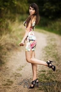 Sukienka Sheinside, http://www.sheinside.com; Sandały Vubu, http://www.vubu.pl