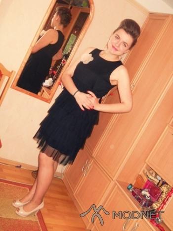 Sukienka cocomore, Auchan Płock; Rajstopy Gatta, Auchan Płock; Broszka Fashion Jewelry, Auchan Płock