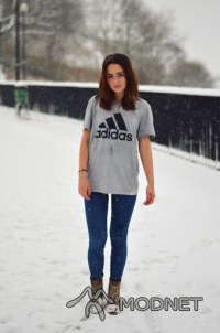 Bluzka Adidas, Galeria Mazovia Płock; Spodnie Bershka, Galeria Mazovia Płock; Botki H&M, Galeria Mazovia Płock