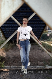 Bluzka Bershka, Millenium Hall Rzeszów; Spodnie 100% Fashion, Galeria: Plaza Rzeszów; Trampki Converse, http://allegro.pl
